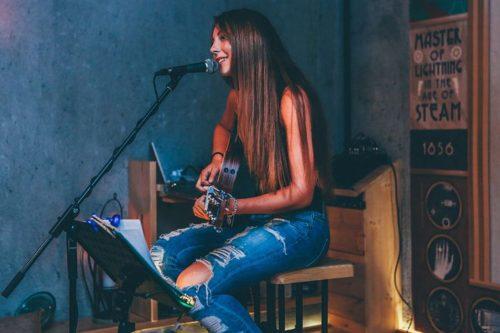ギター弾き語り歌手