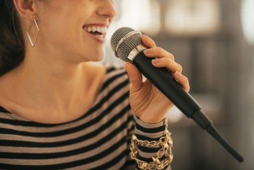 マイクで歌う人